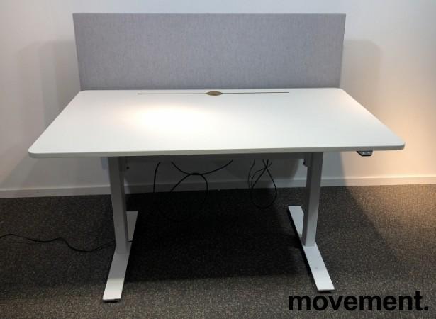 Skrivebord med elektrisk hevsenk i hvitt fra Horreds, 140x80cm, skillevegg i grått stoff, pent brukt bilde 1