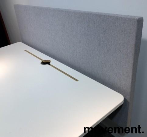 Skrivebord med elektrisk hevsenk i hvitt fra Horreds, 140x80cm, skillevegg i grått stoff, pent brukt bilde 2