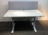 Skrivebord med elektrisk hevsenk i hvitt fra Horreds, 140x80cm, skillevegg i grått stoff, pent brukt