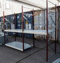 Dyp stålreol med gavler, bærejern og hylleplater, 320cm bredde, 250cm høyde, pent brukt