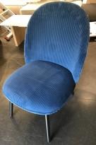 Loungestol / lenestol i blått stoff / sorte ben fra Normann Copenhagen, modell Ace, pent brukt