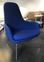 Loungestol / lenestol i blått stoff / krom ben fra Normann Copenhagen, modell Era, pent brukt