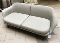 Lekker 2-seter sofa i lyst stoff fra Normann Copenhagen, modell Sum, bredde 182cm, pent brukt