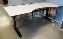 Stort skrivebord med elektrisk hevsenk i lys grå / sort fra Linak, 200x100cm med magebue, avrundet fot, pent brukt