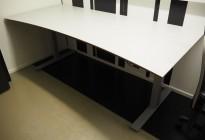 Stort skrivebord med elektrisk hevsenk i lys grå / grå, 200x90cm med magebue, pent brukt