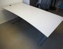 Stort skrivebord med elektrisk hevsenk i lys grå / grå, 180x90cm med magebue, pent brukt