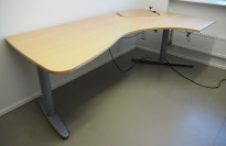 Kinnarps skrivebord hjørneløsning i bøk, elektrisk hevsenk, 210x120cm, høyreløsning, nedsenket hjørne, pent brukt