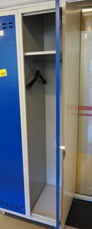 Garderobeskap i stål, lys grå med dører i blått, 2 rom. 70cm bredde, 55cm dybde, 202cm høyde, pent brukt bilde 2