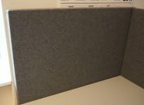 Bordskillevegg i mørkegrått stoff fra Gliakra, modell Nimbus, 80x64cm, pent brukt