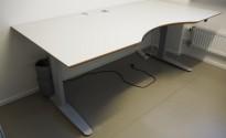 Stort skrivebord med elektrisk hevsenk i lys grå / grå fra Linak, 200x100cm med magebue, avrundet fot, pent brukt