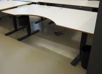 Stort skrivebord med elektrisk hevsenk i lys grå / sort, 200x100cm med magebue, pent brukt