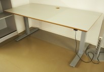 Stort skrivebord med elektrisk hevsenk i lys grå / grå, 160x80cm med magebue, pent brukt