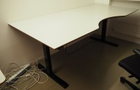 Stort skrivebord med elektrisk hevsenk i lys grå / sort fra Linak, 200x100cm med magebue, pent brukt