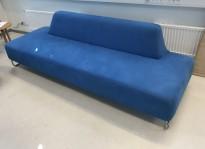 UGO sofa i blått mikrofiberstoff fra LK Hjelle, 3seter uten armlener, 227cm bredde, pent brukt