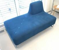 UGO sofa i blått mikrofiberstoff fra LK Hjelle, 2seter modul,  rygg på høyre side, pent brukt
