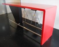 Barbord i rød Corian, med felt i sort, 238cm bredde, 70cm dybde, 111cm høyde, pent brukt