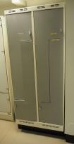 Garderobeskap i stål med Z-dører i lys grå, 4 rom. 80cm bredde, 55cm dybde, 205cm høyde, pent brukt