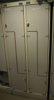 Garderobeskap i stål med Z-dører i lys grå / grå laminat, 4 rom. 80cm bredde, 55cm dybde, 189cm høyde, pent brukt