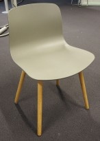 HAY About a chair AAC 12 i gråbrun plast / eik, pent brukt