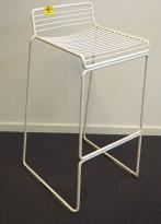 Barstol fra HAY, modell HEE i hvitlakkert metall, 75cm sittehøyde, pent brukt