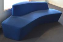 Lekker sofa / lounge fra Tacchini, Polar, design: Pearson Lloyd, to blåtoner, bredde 234cm, pent brukt