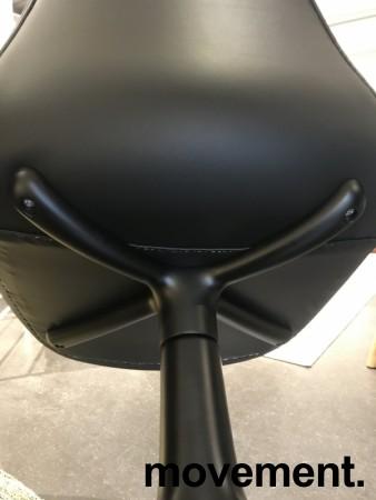 Konferansestol / møteromsstol i sort skinn / sort fra Normann Copenhagen, modell Form Swing, pent brukt bilde 5