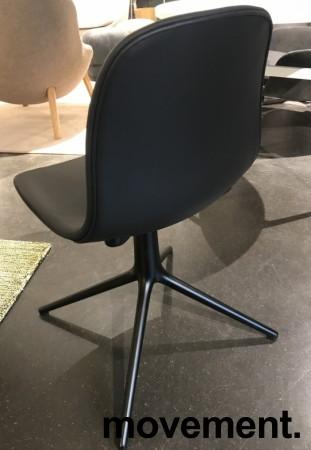 Konferansestol / møteromsstol i sort skinn / sort fra Normann Copenhagen, modell Form Swing, pent brukt bilde 4