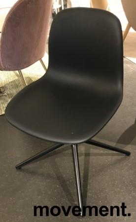 Konferansestol / møteromsstol i sort skinn / sort fra Normann Copenhagen, modell Form Swing, pent brukt bilde 3