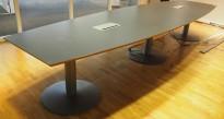 Møtebord i grått fra EFG, 420x120cm, passer 14-16 personer, pent brukt
