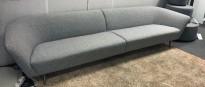 Lekker sofa fra Arper, Loop loungesofa nytrukket i lyst grått ullstoff, 310cm bredde, Design: Lievore Altherr Molina, pent brukt - NYTRUKKET