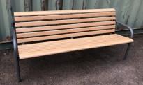Sittebenk i lakkert bøk / grålakkert stål, bredde 190cm, solid benk med en del bruksslitasje