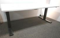 Skrivebord med elektrisk hevsenk i hvitt / sort fra Kinnarps, 160x80cm, pent brukt