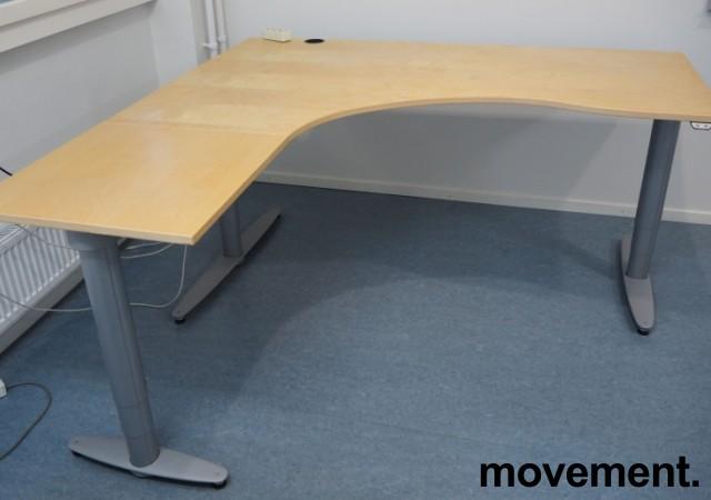 Kinnarps elektrisk hevsenk hjørneløsning skrivebord i bjerk, 180x180cm, sving på venstre side, T-serie, pent brukt bilde 1