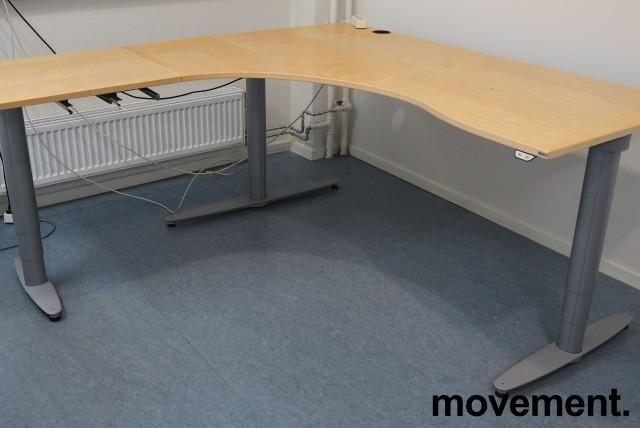 Kinnarps elektrisk hevsenk hjørneløsning skrivebord i bjerk, 180x180cm, sving på venstre side, T-serie, pent brukt bilde 2