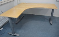 Kinnarps elektrisk hevsenk hjørneløsning skrivebord i bjerk, 180x180cm, sving på venstre side, T-serie, pent brukt