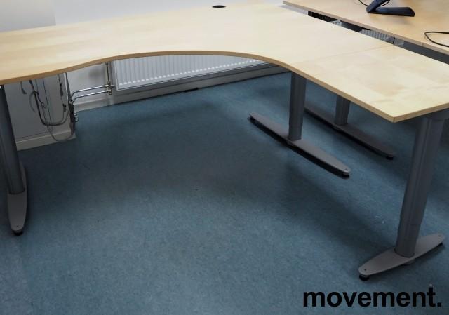 Kinnarps elektrisk hevsenk hjørneløsning skrivebord i bjerk, 180x180cm, sving på høyre side, T-serie, pent brukt bilde 2