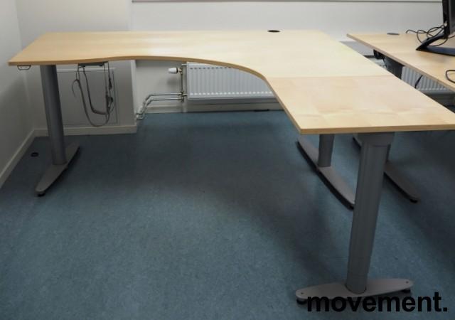 Kinnarps elektrisk hevsenk hjørneløsning skrivebord i bjerk, 180x180cm, sving på høyre side, T-serie, pent brukt bilde 4