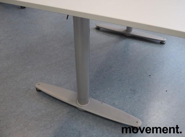Kinnarps T-serie skrivebord i lys grå, 120x80cm, pent brukt bilde 3