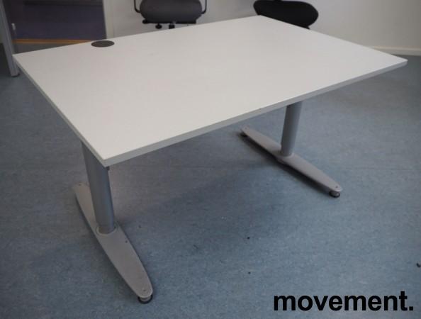 Kinnarps T-serie skrivebord i lys grå, 120x80cm, pent brukt bilde 1