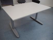 Kinnarps T-serie skrivebord i lys grå, 120x80cm, pent brukt