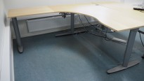 Kinnarps elektrisk hevsenk hjørneløsning skrivebord i bjerk, 180x200cm, sving på venstre side, T-serie, pent brukt