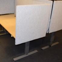 Bordskillevegg fra EFG, modell Divide, lys grå ullfilt, 80x76cm, pent brukt
