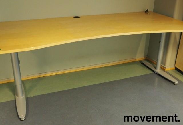 Kinnarps T-serie skrivebord i bjerk, 200x90cm med mavebue, pent brukt bilde 2