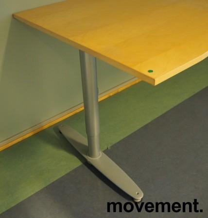 Kinnarps T-serie skrivebord i bjerk, 200x90cm med mavebue, pent brukt bilde 3