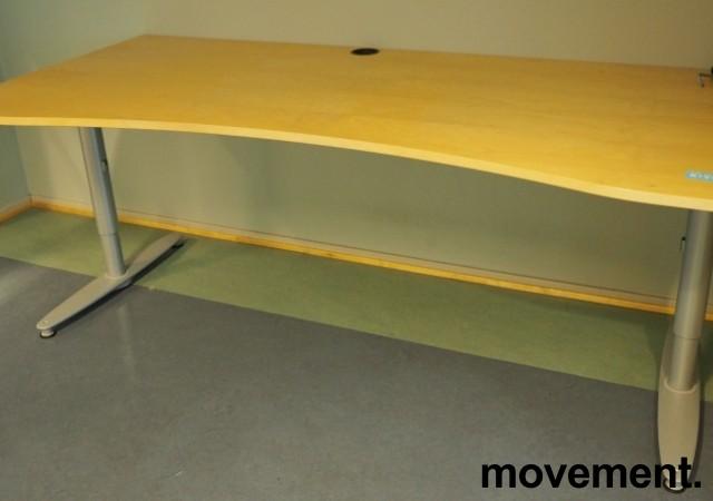 Kinnarps T-serie skrivebord i bjerk, 200x90cm med mavebue, pent brukt bilde 1