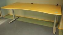Kinnarps T-serie skrivebord i bjerk, 200x90cm med mavebue, pent brukt
