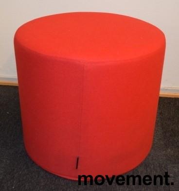 Sittepuff i rødt stoff fra Softline, Drum-serie, Ø=45cm H=40cm, pent brukt bilde 1