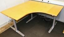 Skrivebord hjørneløsning fra Svenheim med el. hevsenk, bjerk bordplater, 150x150cm, pent brukt