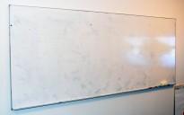 Whiteboard, vegghengt i hvitemaljert metall, 300x120cm, pent brukt