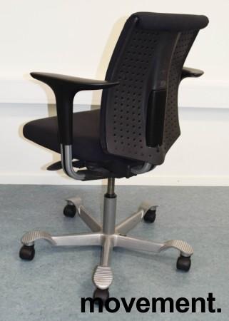 HÅG H05 5300 kontorstol i mørkegrått stoff, armlener, grått kryss, pent brukt bilde 2